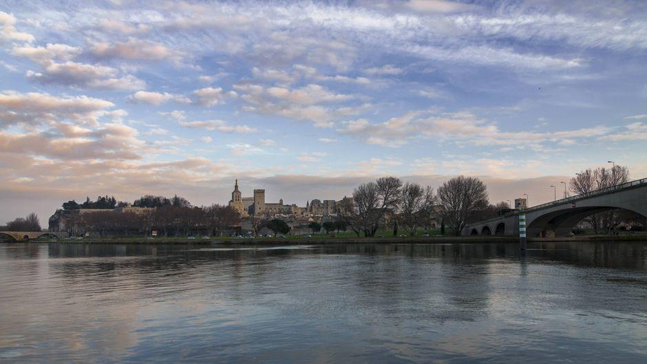 Avignon von der anderen Seite der Rhone aus fotografiert.