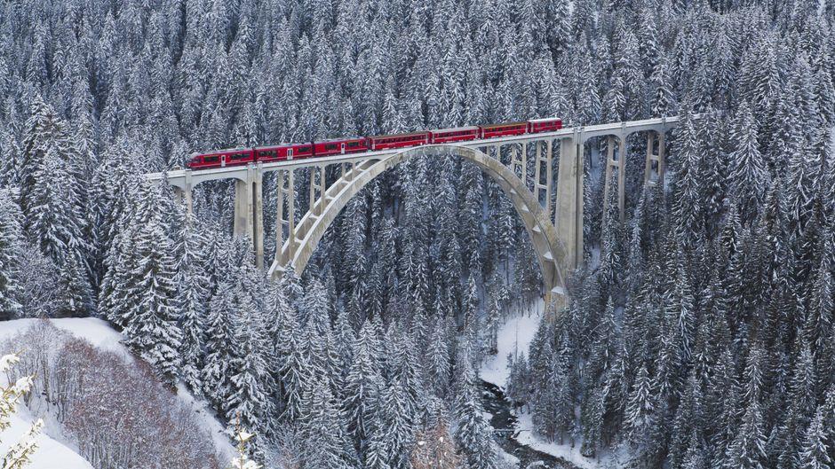 Fantastische Natur: Wer im Winter mit der Rhätischen Bahn unterwegs ist, hat ganz besondere Aussichten.