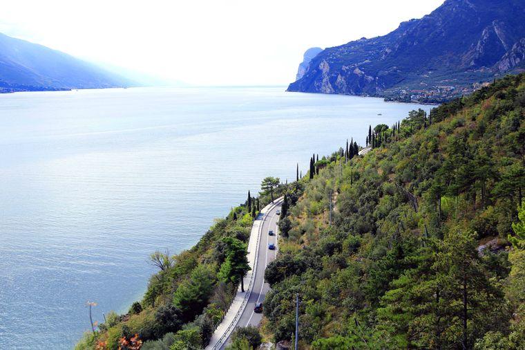 Die Gardesana Occidentale genannte, frühere italienische Staatsstraße SS 45 bis erhielt ihren Namen durch den Teil, der von Salò bis Riva del Garda am Westufer des Gardasees entlangführt und einen Teil der Gardesana bildet.