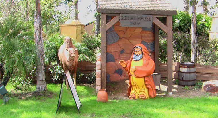 Ein mürrischer Plastikwirt und sein grinsendes Kamel lassen die Herberge von Bethlehem wie eine naive Spielplatzkulisse aussehen.