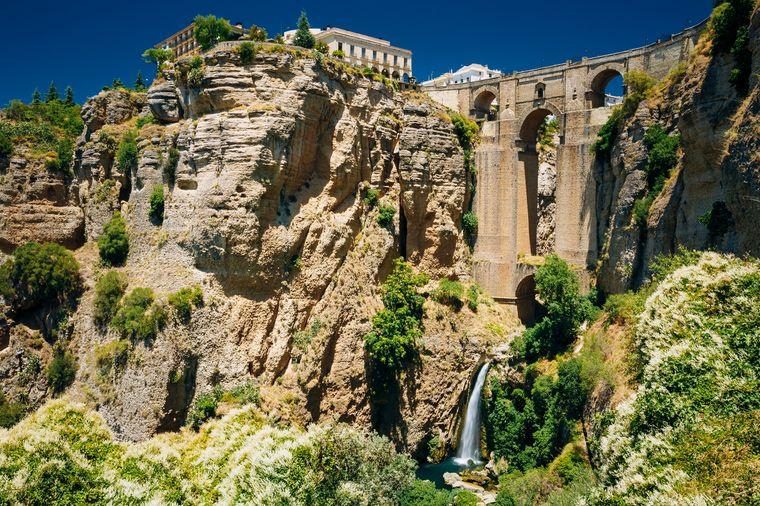 The New Bridge oder auf Spanisch Puente Nuevo ist eine einzigartige Brücke in Ronda, unter der ein Wasserfall hervorspringt.