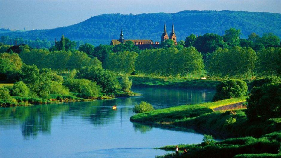 Das geschichtsträchtige Schloss Corvey steht seit mehr als 1200 Jahren am Weserbogen.