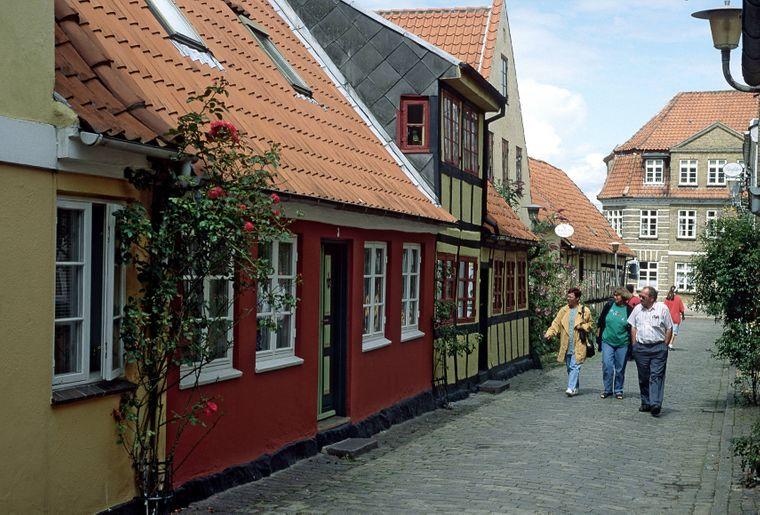 Touristinnen und Touristen in der Altstadt von Faaborg auf der dänischen Insel Fünen.