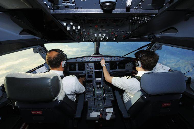 Pilot und Co-Pilot im Cockpit eines Airbus A321.