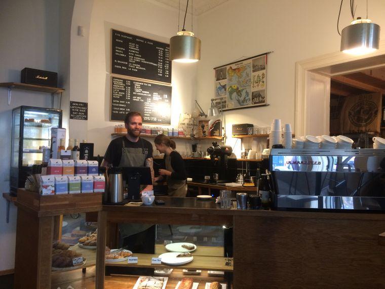 In der Rösterei Five Elephant in Kreuzberg wird der Herstellungsprozess von Kaffee transparent gemacht.