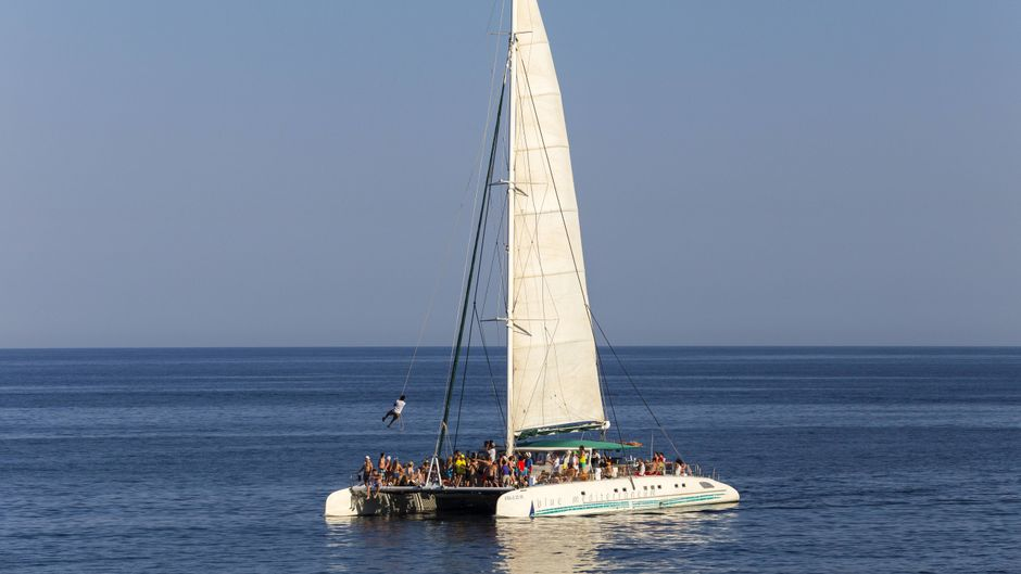 Ein Partyboot vor der Cala Rajada – damit soll bald Schluss sein.