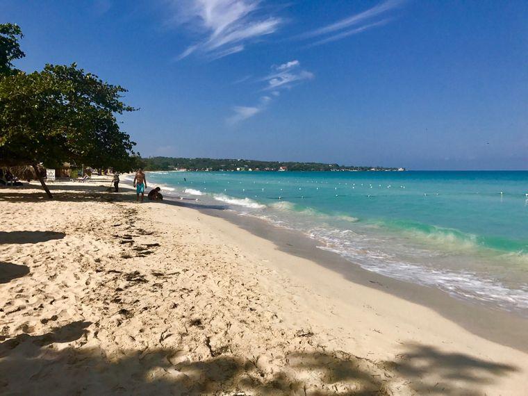 Der lange Sandstrand auf Jamaika bietet viel Platz für romantische Spaziergänge sowie zahlreiche Einkaufsmöglichkeiten und Bars. Dafür gibt es Platz 10.