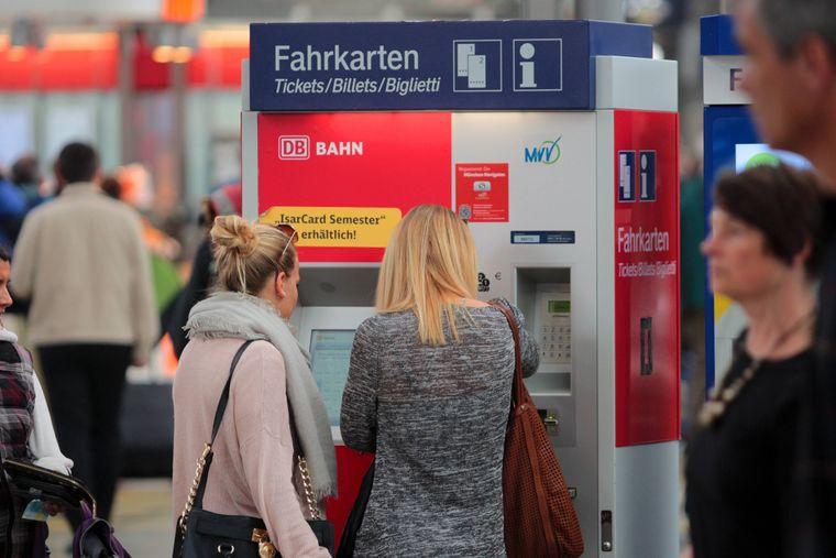 Junge Frauen stehen vor einem DB-Fahrkartenautomaten.(Symbolfoto)