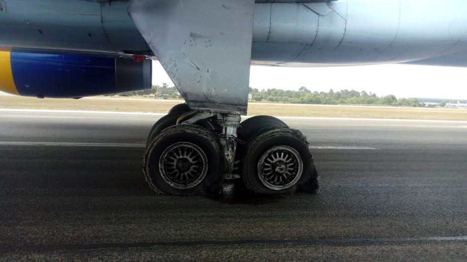 Geplatzt und zerfetzt: Die beschädigten Reifen eines Condor-Fliegers.