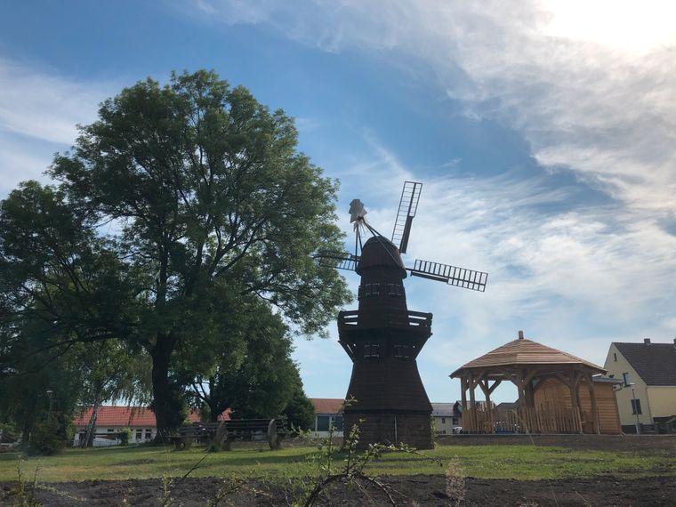 Das Wappenmotiv von Breitenburg: die Windmühle.