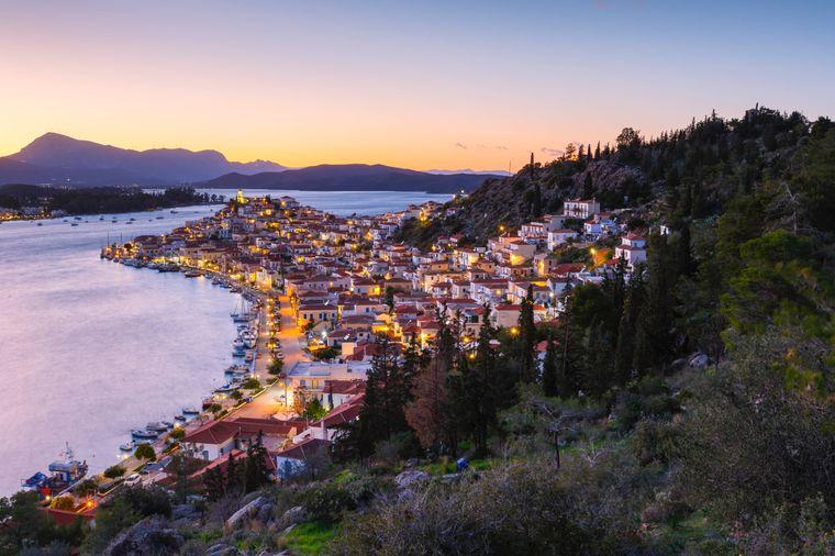 Dichte Wälder, weite Küstenabschnitte und hohe Berge: Auf Poros kommen Reisende auf ihre Kosten.
