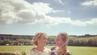 """Leo Bartsch mit ihrer """"englisches Schwester"""" auf deren Hochzeit."""