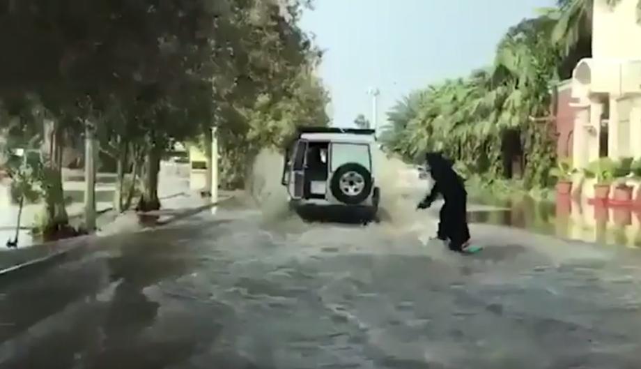Burkasurferin in Saudi-Arabien.