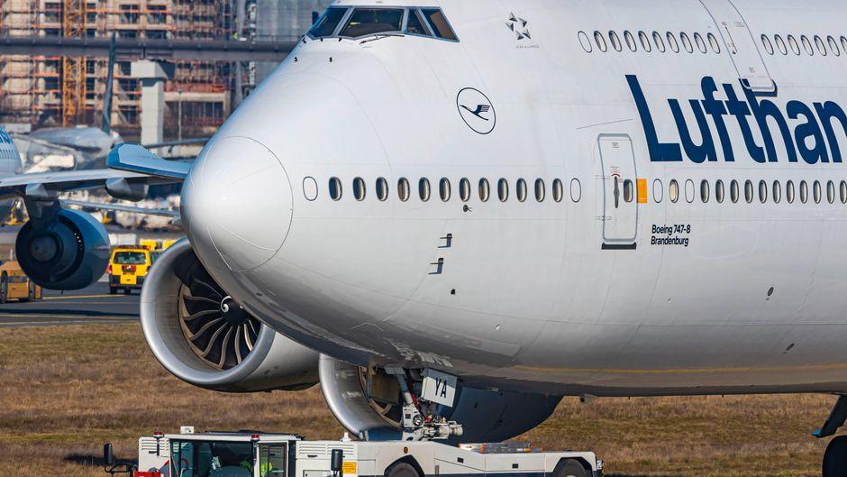 Bei einigen Flugzeugen sind scheinbar die Fenster zugeklebt. Der Grund dafür befindet sich im Inneren des Fliegers.