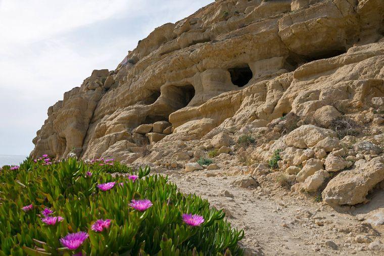 Griechische Felshoehlen in Matala auf Kreta.
