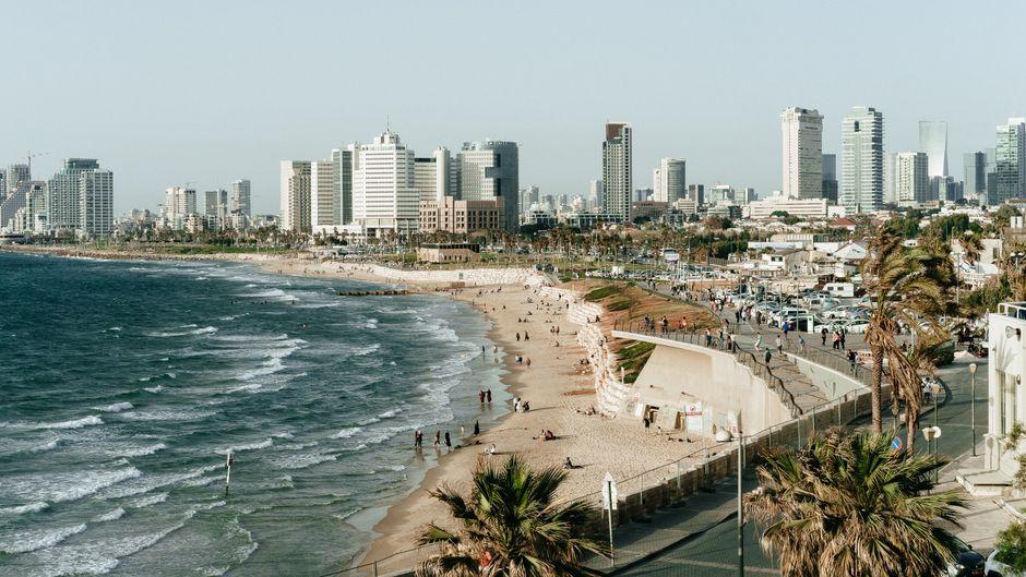 Moderne Hochhäuser am Strand von Tel Aviv.