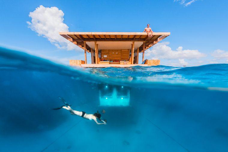 Abtauchen vor dem Unterwasser-Bungalow des Manta-Resorts in Tansania