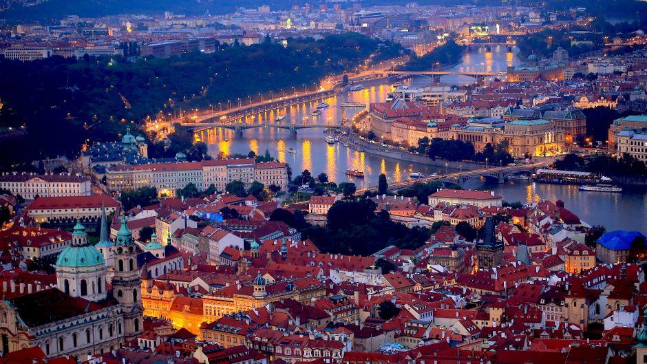 Blick auf die Moldau und die vielen Brücken bei Nacht. (Symbolbild)