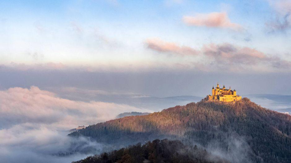 Romantik pur: Burg Hohenzollern bei Sonnenaufgang und Nebel. Es gibt aber noch viel mehr schöne Burgen und Schlösser in Deutschland.