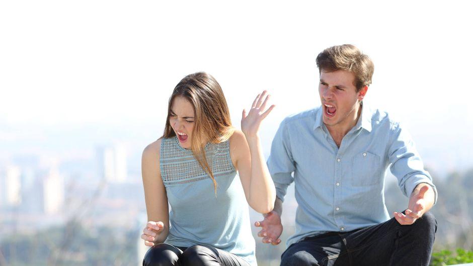 Paar streitet in der Öffentlichkeit. (Symbolbild)