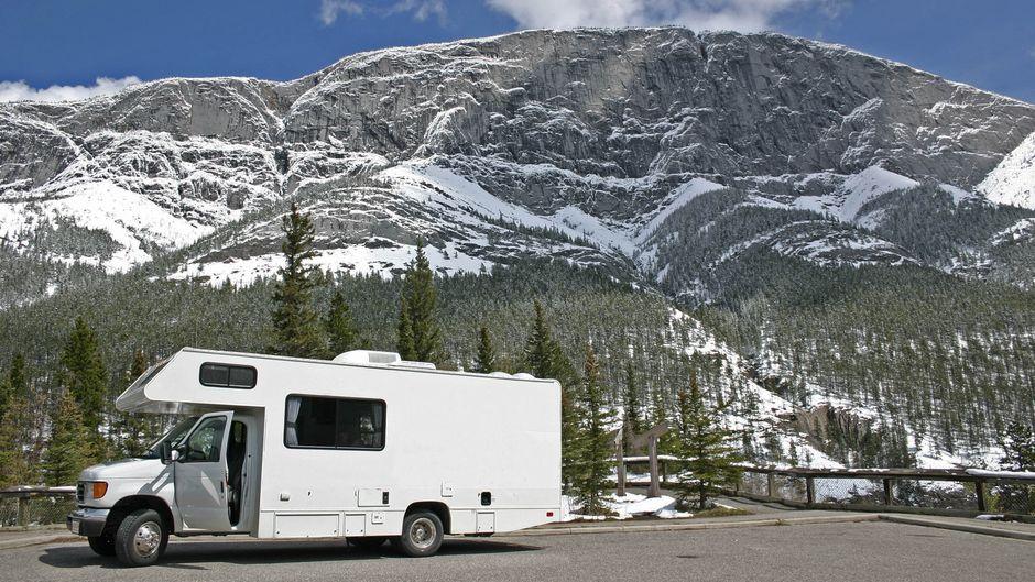 Wegweiser zum Campingplatz im Winter.