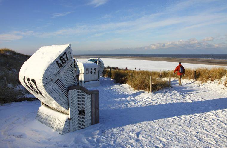 Strandkorb im Schnee auf Spiekeroog.