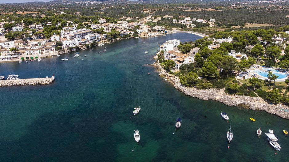 In Cala d'Or an der Südostküste Mallorcas kannst du dich neu eindecken: mit tollem Schmuck, ausgefallenen Strand-Outfits oder Sportswear. Aber auch Hobby-Angler werden hier fündig.
