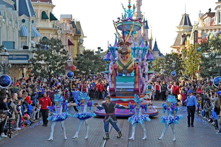 """Bei der Parade durch den Park dürfen die Figuren aus """"Die Eiskönigin – völlig unverfroren"""" nicht fehlen."""