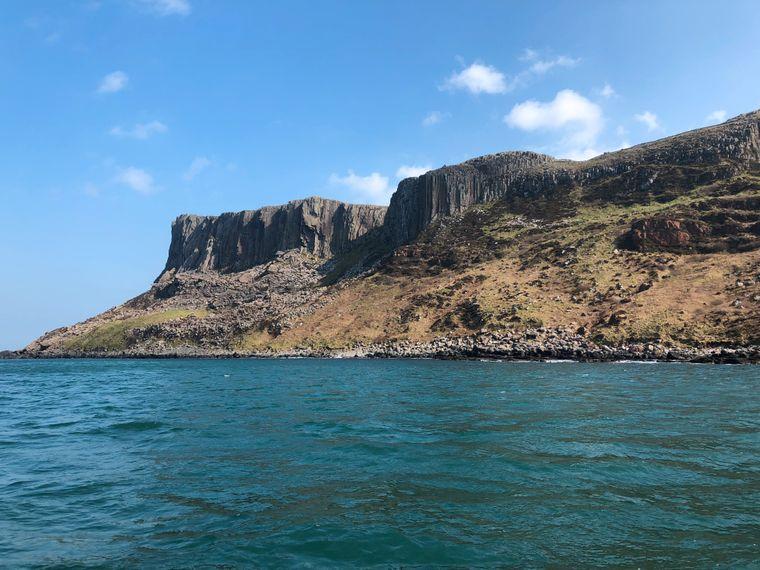 Manche Drehorte – wie etwa Fair Head, in der Serie die Klippen von Drachenstein, – sind nur vom Wasser aus erreichbar. Die Klippe im Nordosten der Grafschaft Antrim ist die höchste Nordirlands.