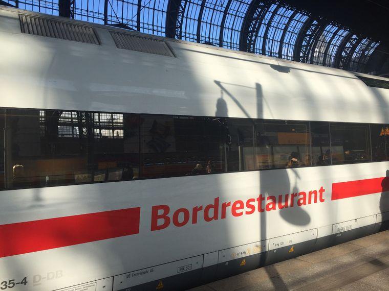 Der Bistrowagen der Deutschen Bahn steht im Bahnhof.