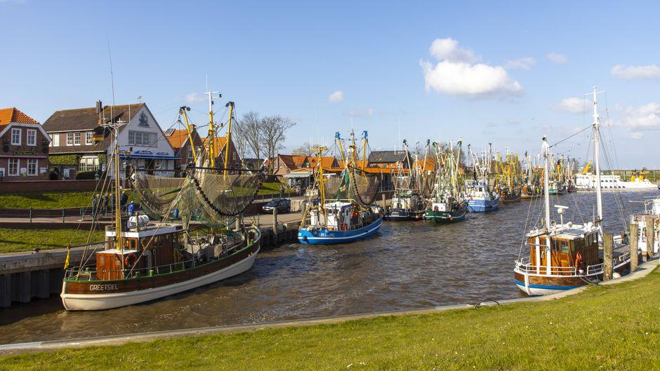 Idyllisch, maritim, und der Geschmack von Salz in der Luft: Greetsiel ist nur einer von vielen hübschen Sielorten in Ostfriesland.