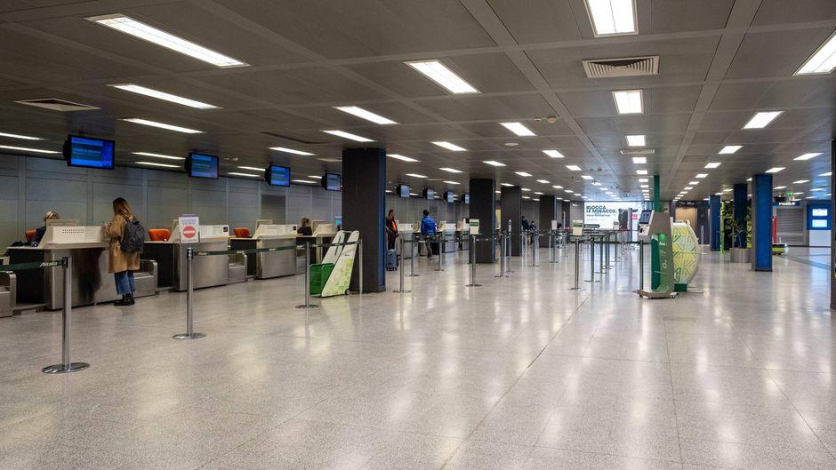 Gespenstische Leere: So wie am Flughafen Mailand sieht es in diesen Tagen an vielen Flughäfen in Italien aus.