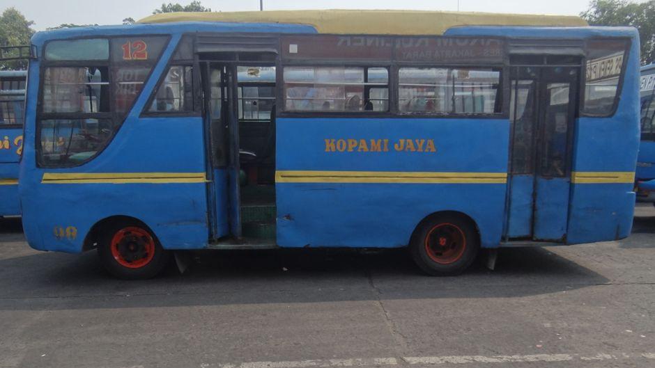 Ein typischer Bus auf Java: alt, eng, langsam. In solchen Gefährten verbrachte reisereporter Justus fünf Tage.