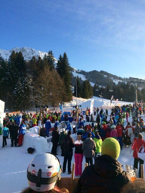 Skifahrer beim Après-Ski an der Meckatzer Sportalp.
