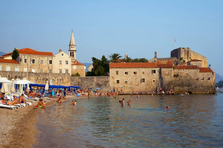 Der Strand der Stadt Budva – hier kann's im Sommer richtig voll werden.