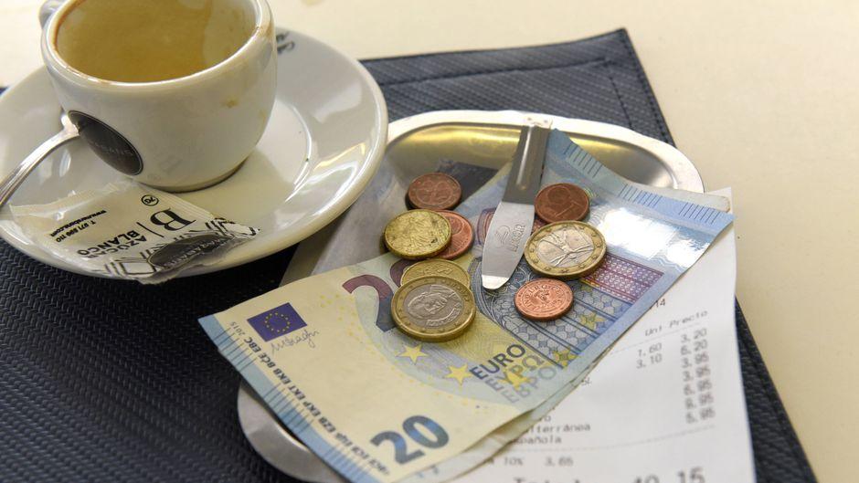 Eine Rechnung neben einem Espresso.