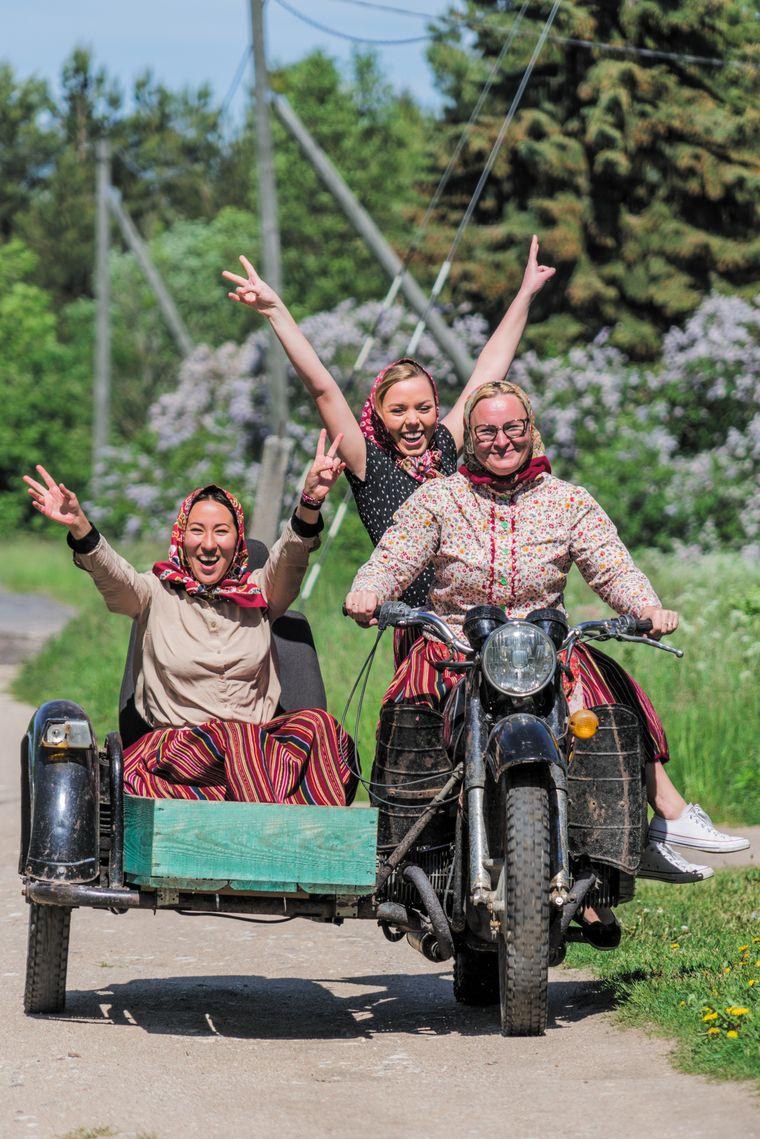 Die Motoradfahrerinnen in traditioneller Tracht, die auf der kleinen Insel Kihnu unterwegs sind, sind über die Grenzen Estlands hinaus bekannt.