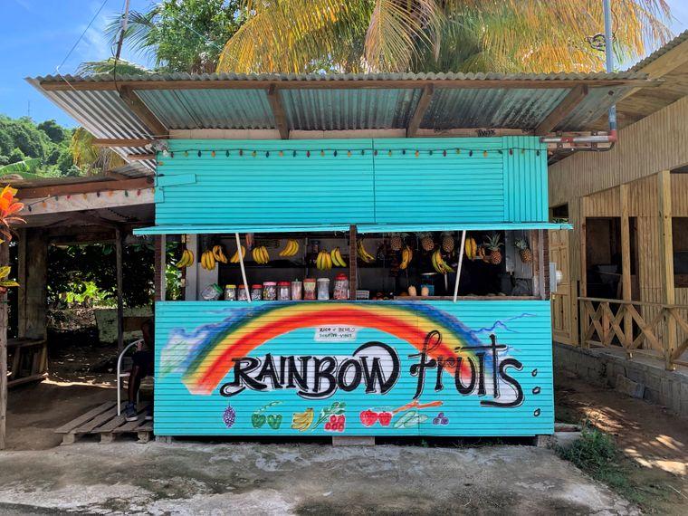 Überall auf der Insel gibt es an Fruchtständen frische Säfte aus Ananas, Banane und Mango zu günstigen Preisen.
