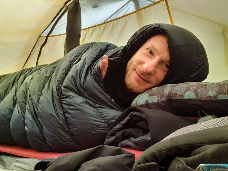 Die Nächte verbrachte er meistens im Freien in einem Zelt.