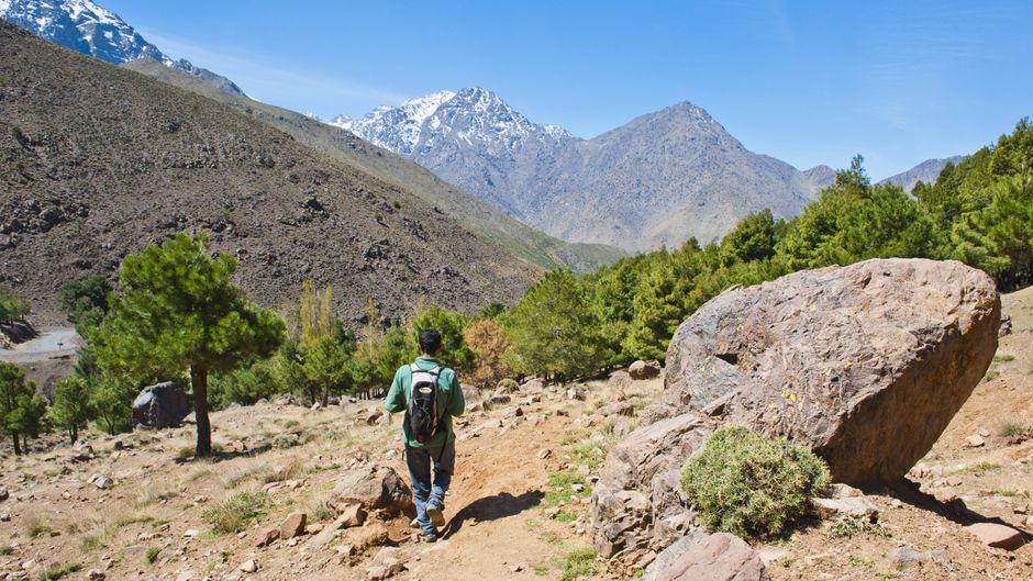 Ein Tourguide wandert im Imlil-Tal in Marokko.