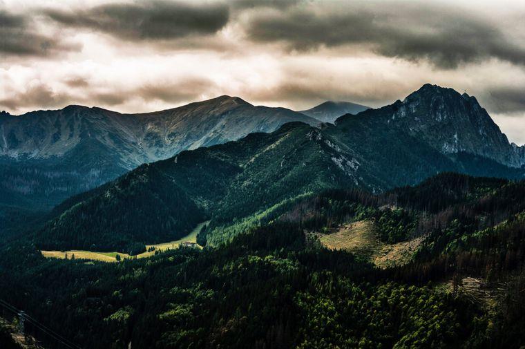 Von Zakopane kannst du mit der Seilbahn in die Skigebiete Kasprowy Wierch und Gubałówka fahren – und kriegst dieses Panorama geboten.