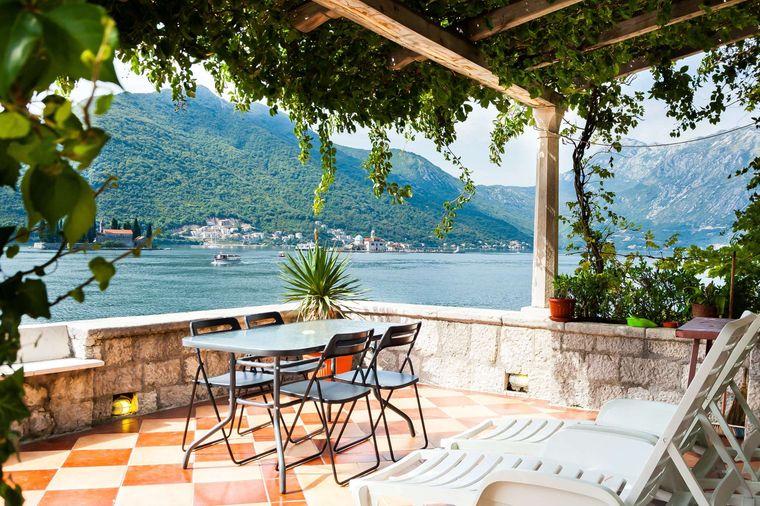 Von deiner eigenen Terrasse blickst du auf die Bucht von Kotor.