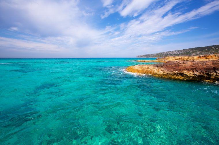 Das türkisblaue Wasser der Es Calo de Sant Agusti auf Formentera.