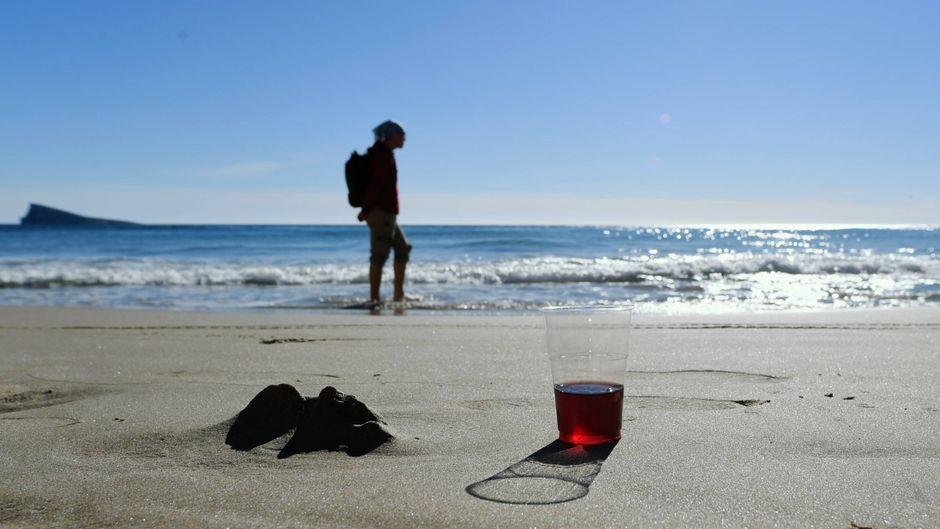 Ein Spaziergänger am Strand von Benidorm.