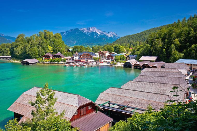 Am Ende der abwechslungsreichen Bahnstrecke kommen Reisende an den wunderschönen Königssee.