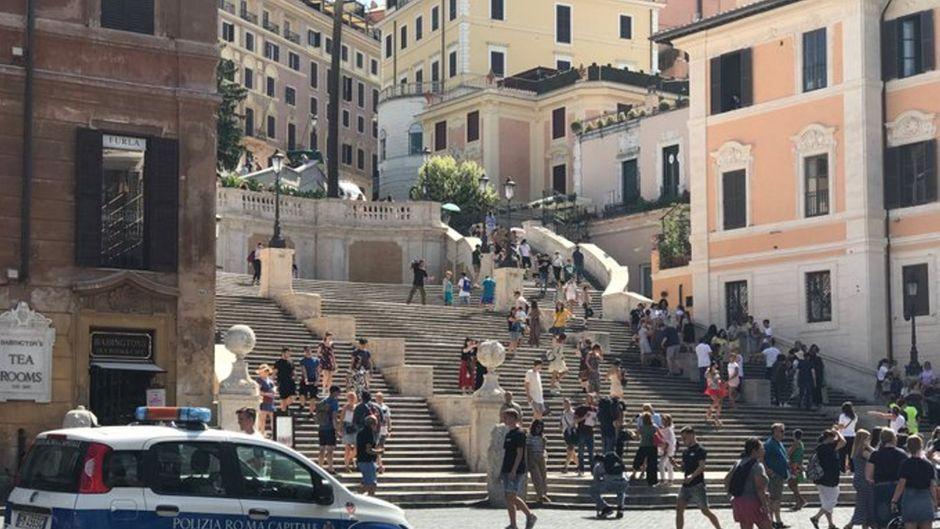 Die Polizei vertrieb Touristen von der Spanischen Treppe in Rom.
