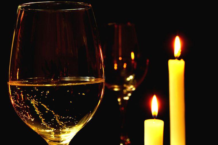 Hier gehen gleich die Kerzen aus: Beim Dinner im Dunkel kannst du dein Essen nur schmecken, nicht sehen.