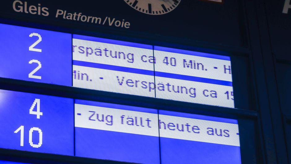 Anzeigetafel im Essener Hauptbahnhof zeigt Zug-Verspätungen und Zug-Ausfälle.