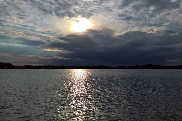 Der Murner See gehört zum Seenland der Oberpfalz und ist im Sommer bei Badegästen, Tauchern, Wassersportlern und Campern beliebt.
