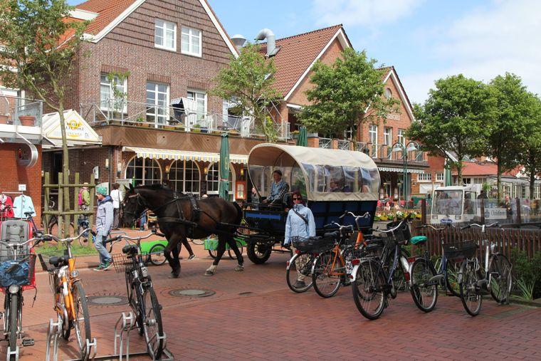Im Zentrum der Insel Langeoog findet jedes Fahrrad einen Parkplatz. Autos gibt's hier nicht.